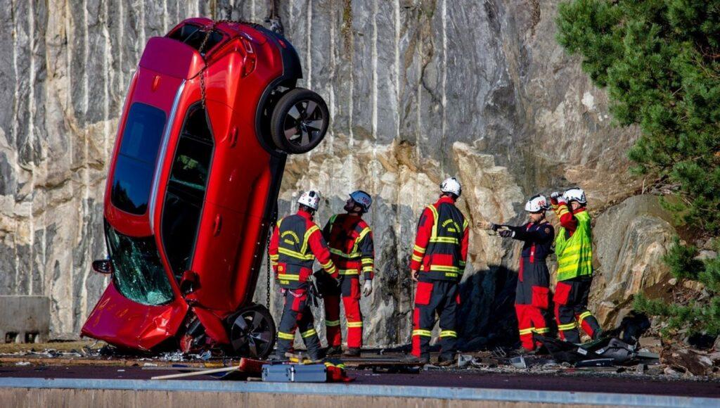 Volvo sicurezza: il lancio da 30 metri d'altezza come crash test [VIDEO]