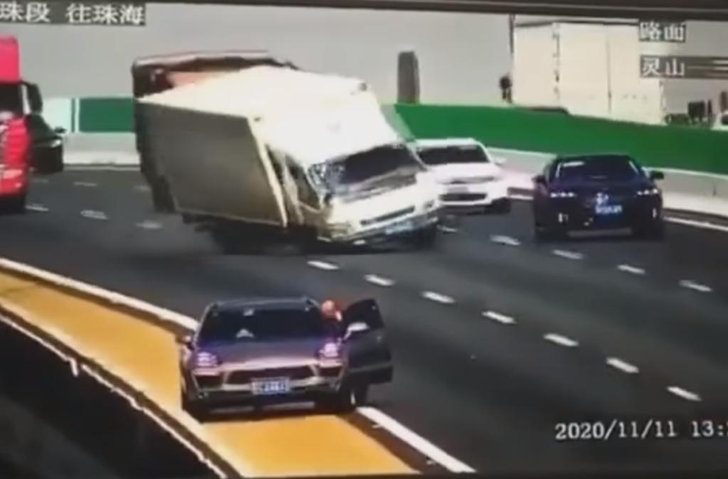 Spaventoso incidente in Cina: camion sbanda e colpisce un SUV che si ribalta e precipita nel vuoto [VIDEO]