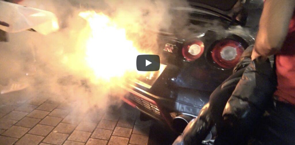 Nissan GT-R: prima le sfiammate al raduno, poi prende letteralmente fuoco [VIDEO]