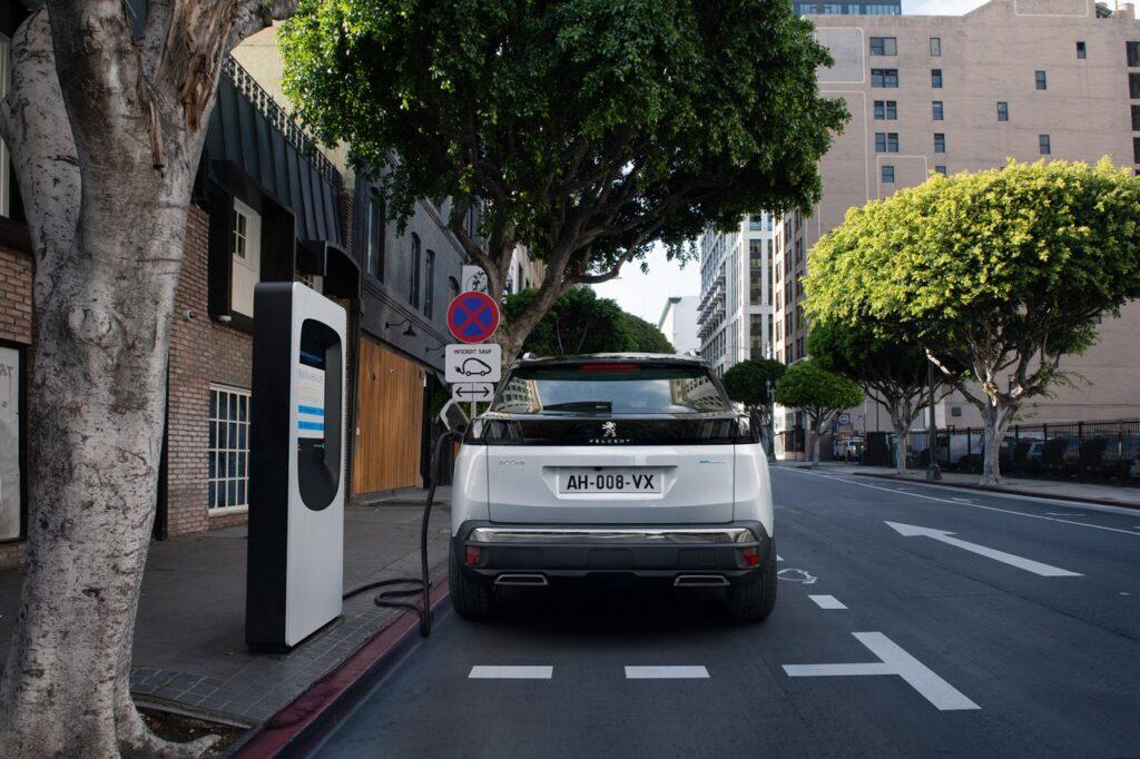 Peugeot: il cavo di ricarica rapida di serie anche sulle ibride plug-in