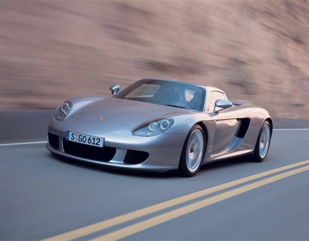Porsche Carrera GT: la supercar bella e maledetta compie 20 anni [VIDEO]