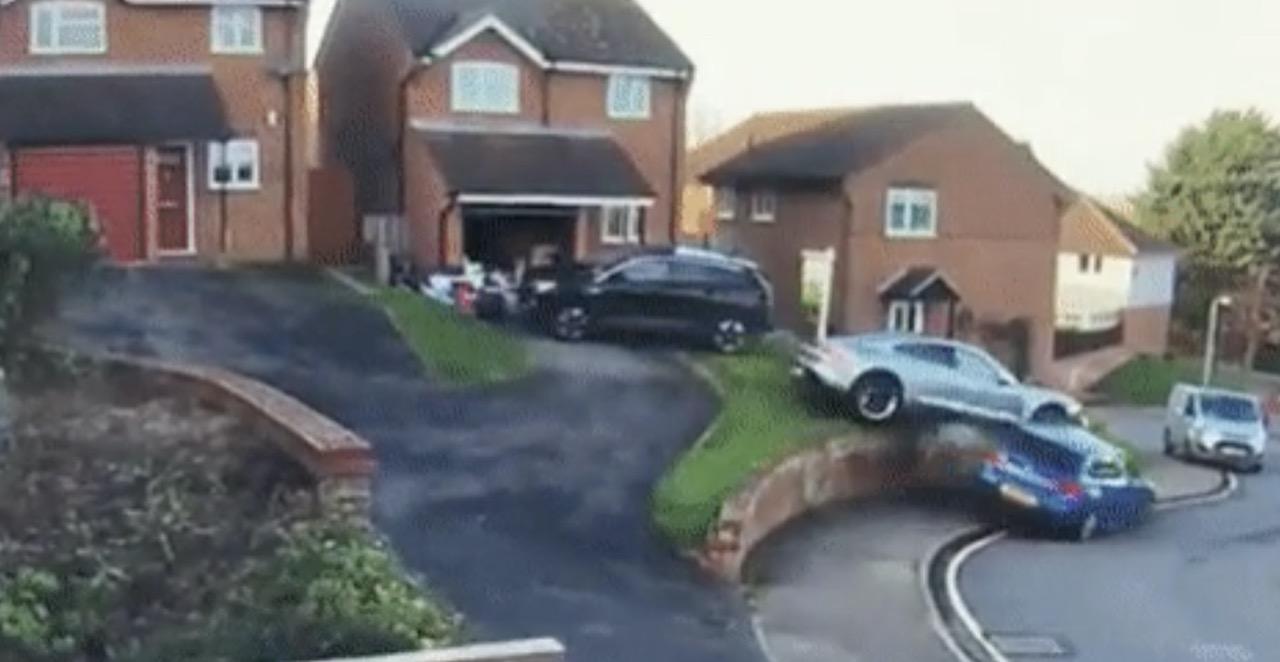 Porsche Taycan: sbaglia la manovra, tampona due auto e rischia di finire sopra una BMW [VIDEO]