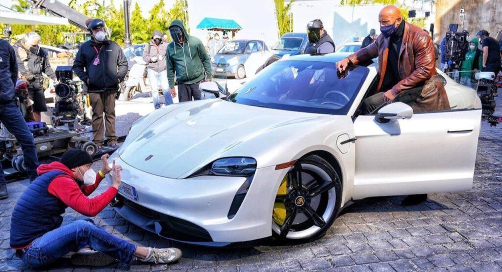 Porsche Taycan: è troppo piccola per Dwayne 'The Rock' Johnson, sul set di Red Notice
