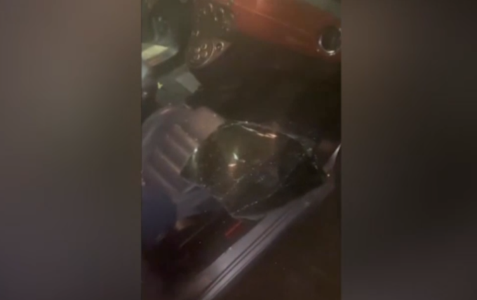 """Balotelli trova l'auto danneggiata e col vetro rotto. Il calciatore: """"Prega che non ti trovi"""""""