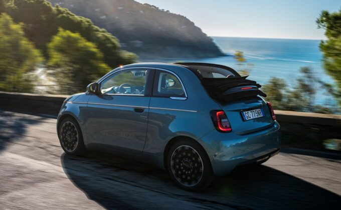 """Nuova Fiat 500 eletta """"Car of the Year and Best Small Electric Car"""" in UK e """"Green Car"""" in Francia"""