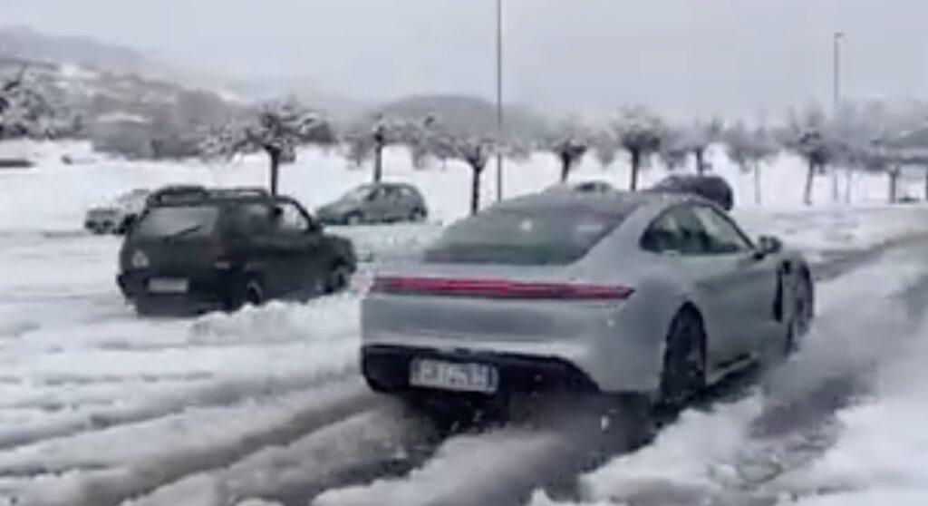 Porsche Taycan vs Fiat Panda 4×4: l'elettrica tedesca sfida la regina delle nevi [VIDEO]