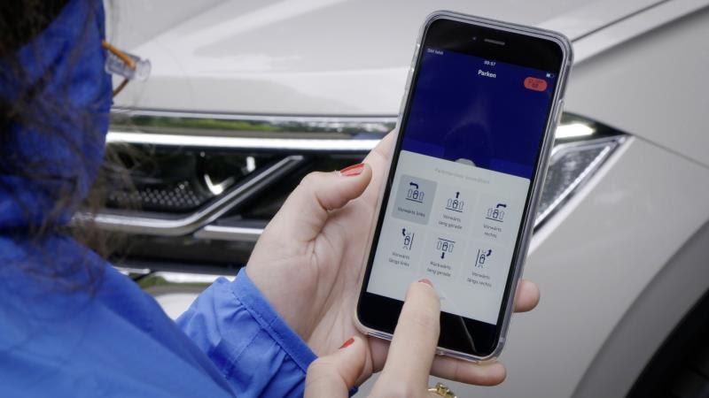 Volkswagen Touareg: si parcheggia (anche) con lo smartphone [VIDEO]