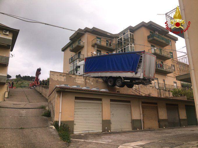 Palermo, tir in bilico sui tetti: tanta paura e palazzina evacuata