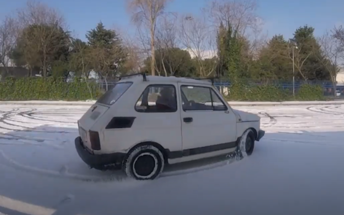 Fiat 126: l'insolito drift sulla neve è old style [VIDEO]