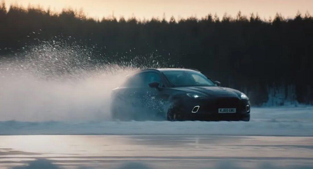 Aston Martin DBX: Sebastian Vettel drifta sulla neve con il potente SUV da 550 CV [VIDEO]