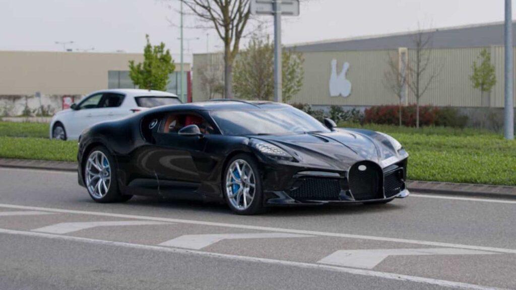 Bugatti La Voiture Noire: avvistato l'esemplare da 17 milioni di euro su strada [VIDEO]