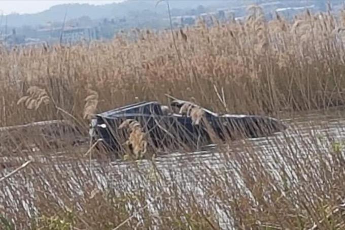 Sirmione: lascia la sua Ferrari 812 GTS in folle e finisce nel lago