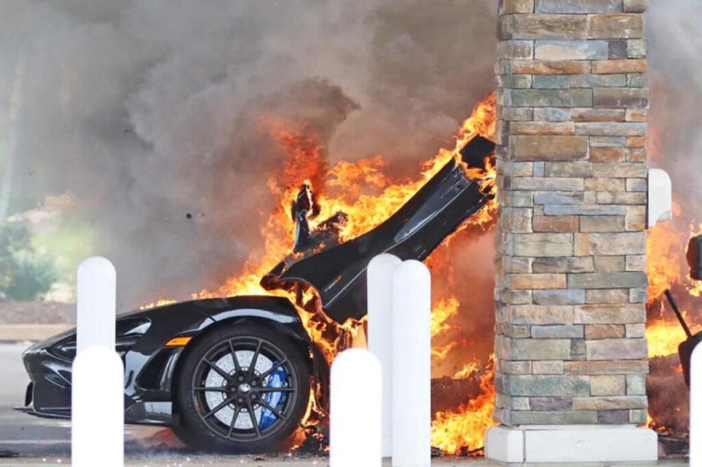 McLaren 765 LT: l'auto va in fiamme a soli 3 giorni dal ritiro in concessionario [VIDEO]