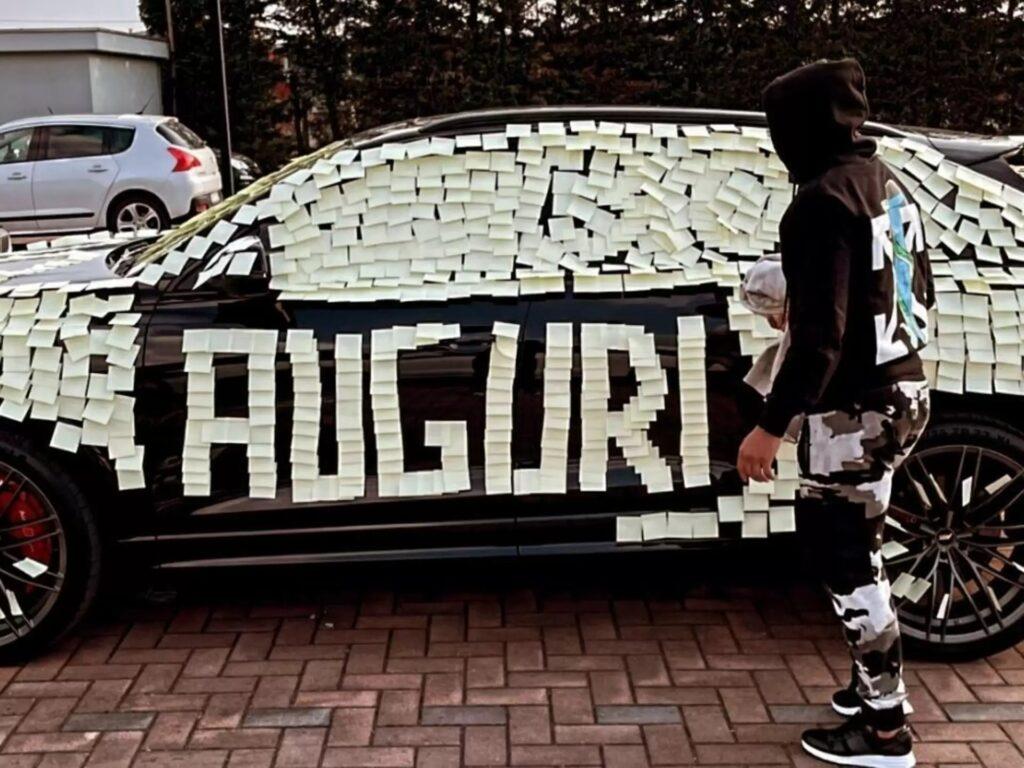 Muriel: l'auto è ricoperta dai bigliettini, lo scherzo di compleanno dei compagni dell'Atalanta [VIDEO]