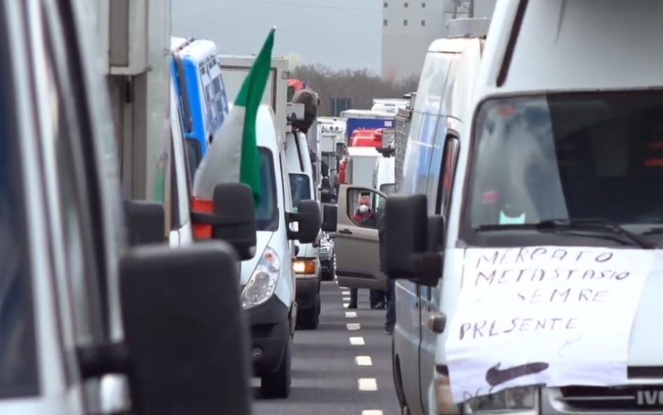 Protesta sulla A1 Napoli-Roma: lunghe code in autostrada [VIDEO]