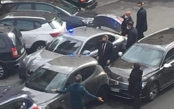 Draghi, tamponamento in auto a Roma: il premier scende dalla macchina e si scusa