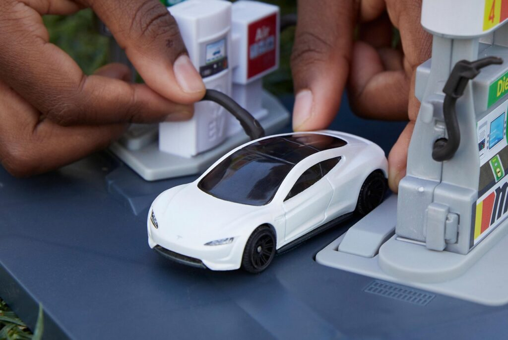 Tesla Roadster: la riproduzione Mattel in materiali riciclati