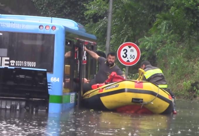 Maltempo a Busto Arsizio: sei persone tratte in salvo dal bus bloccato nel nubifragio