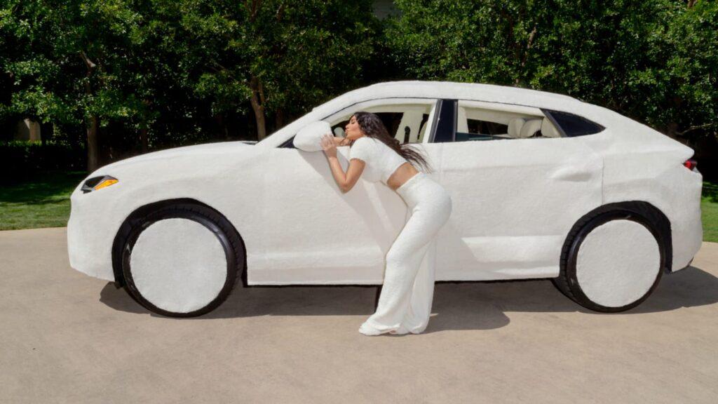 Lamborghini Urus: pelliccia bianca dentro e fuori per la vettura di Kim Kardashian [FOTO]