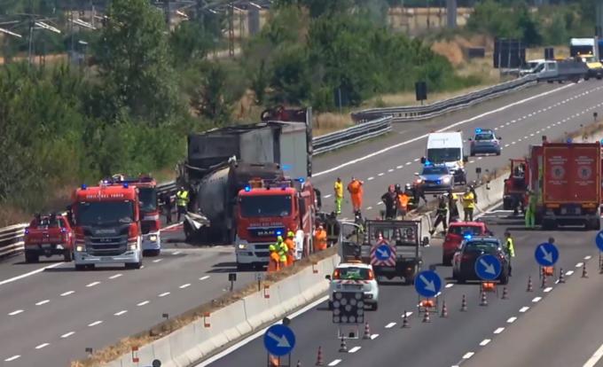 Autostrada A1, grave incidente tra mezzi pesanti all'altezza di Piacenza: autocisterna in fiamme, morti due camionisti