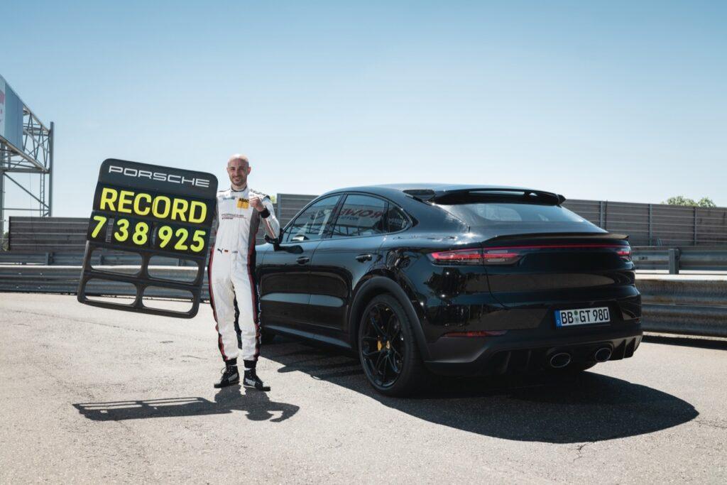 Porsche Cayenne 2022: è subito record di categoria al Nurburgring [VIDEO]