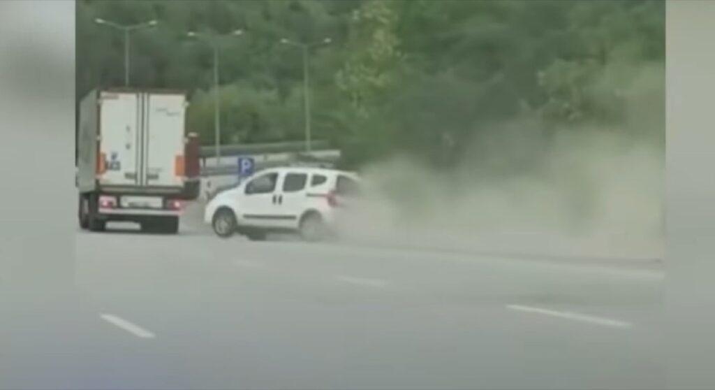 Turchia: un Tir spinge il furgoncino fuori dalla carreggiata, c'è il VIDEO della lite