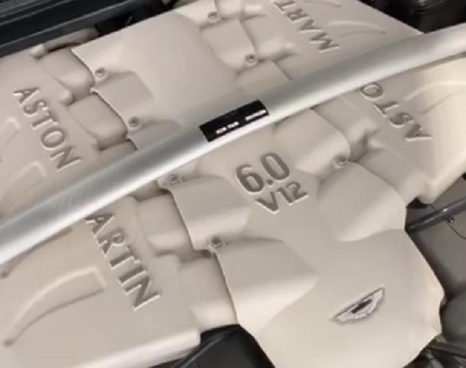 Aston Martin DBS: focus con Alessandro Gino sul motore V12 6.0 dal sound travolgente [VIDEO]