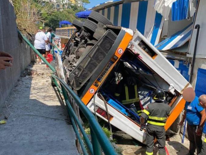 Capri, bus di linea esce di strada e precipita: morto l'autista, 19 feriti di cui alcuni gravi