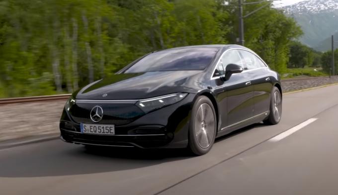 Mercedes EQS: l'elegante berlina elettrica in azione [VIDEO]