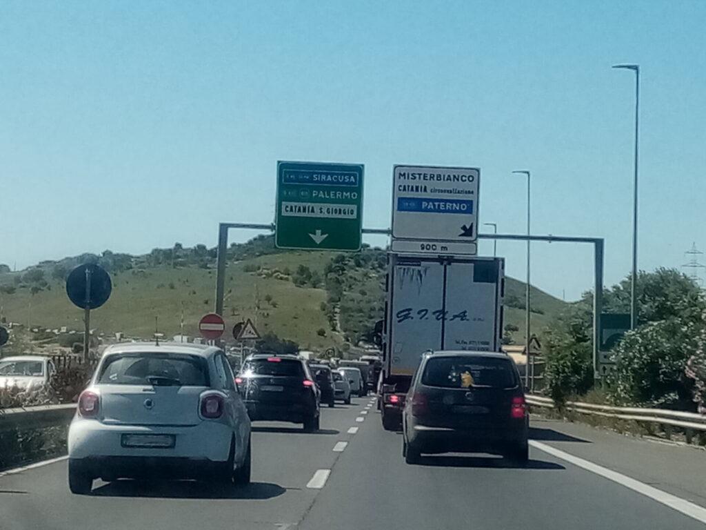 Catania, usano la corsia d'emergenza per eludere il traffico: patente ritirata per 14 automobilisti