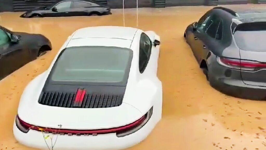 Germania: l'intero concessionario Porsche colpito dall'alluvione [VIDEO]
