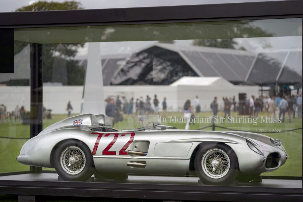 Mercedes onora Sir Stirling Moss al Goodwood Revival 2021